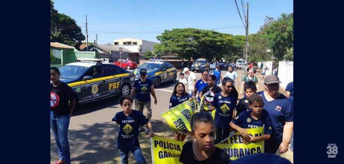 Escola municipal faz homenagem à PRF durante desfile em Sarandi