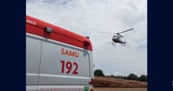 Helicóptero do Samu socorre motociclista após bater contra muro, veja vídeo