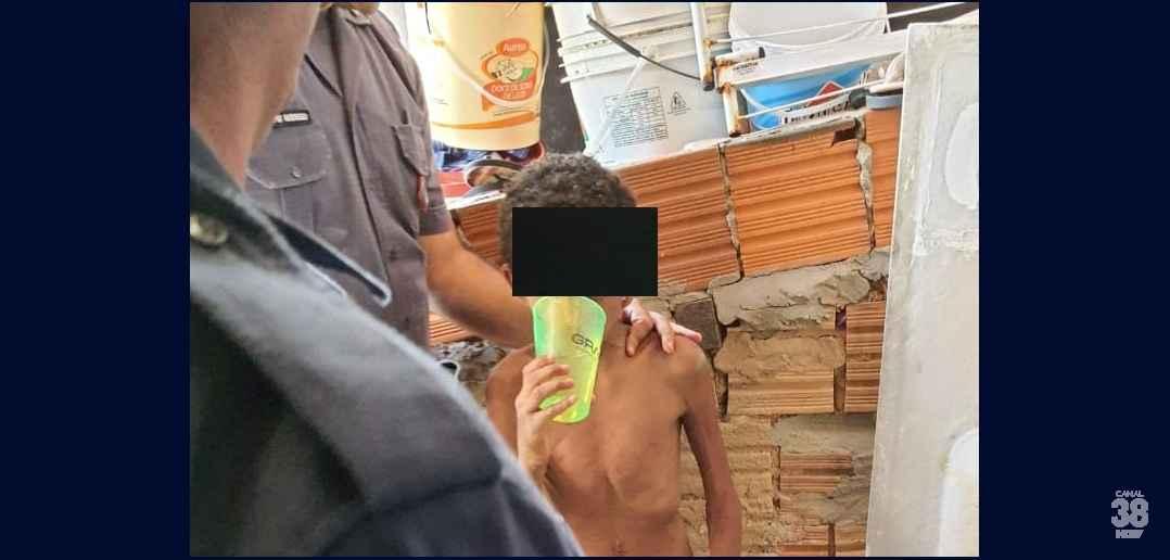 Menino de 11 anos é resgatado pela PM após passar um mês acorrentado pelo  pai, preso em barril, comendo casca de bananas e até fezes - 38 NEWS